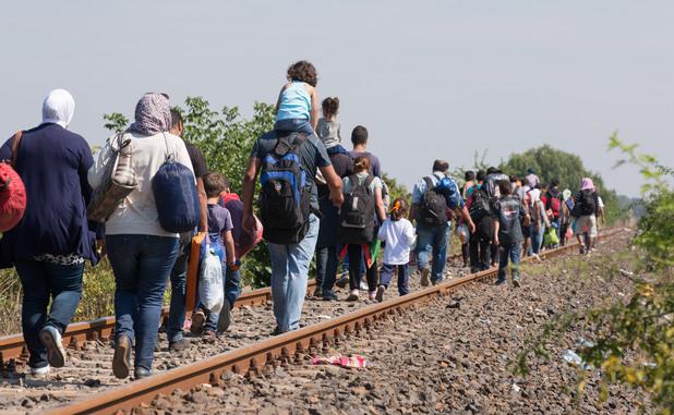 бежанци се опитват да влязат в унгария през жп линията със сърбия