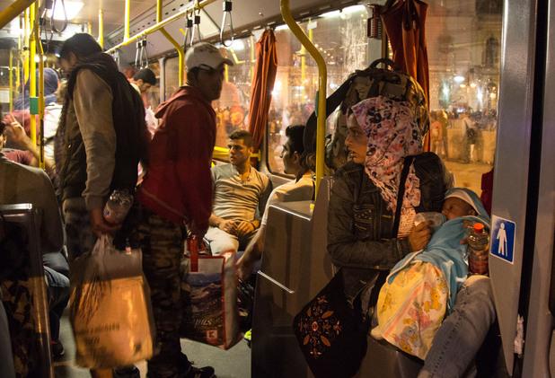 Унгария осигури 100 автобуса за бежанците
