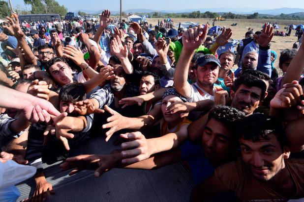 мигрантите на границата между гърция и македония чакат хуманитарна помощ