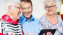 Възрастни хора в интернет