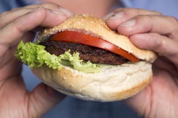 първият хамбургер от лабораторно-произведено месо