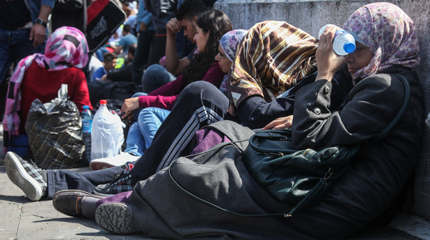 Сирийски бежанци чакат на автогара в Истанбул