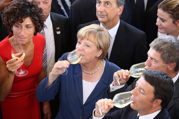 германският канцлер ангела меркел и италианския премиер матео ренци дегустират вино