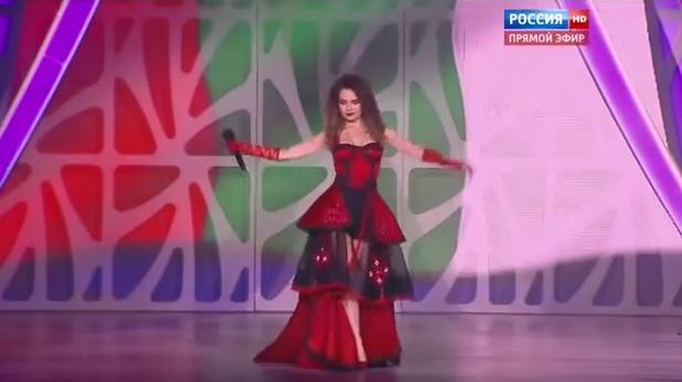 Невена Цонева пее на обърнат български флаг в Русия
