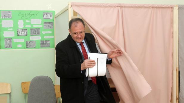 "Лидерът на БСП Михаил Миков упражни правото си на глас в 41-во СОУ ""Патриарх Евтимий ."