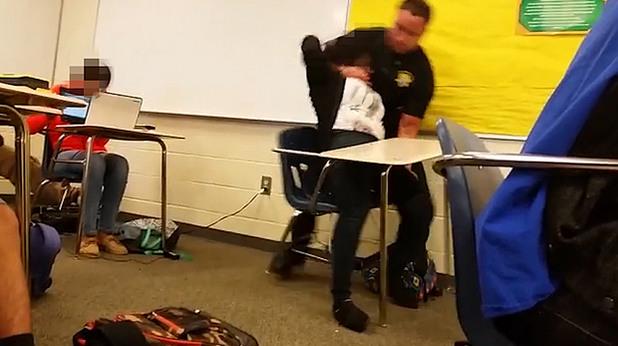 Полицай арестува чернокожо момиче в САЩ