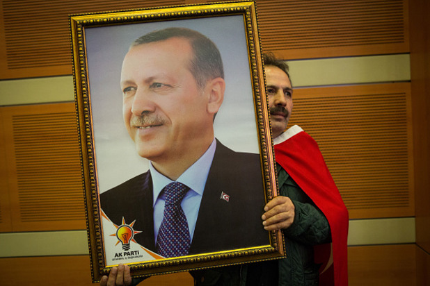 поддръжник на партията на справедливостта и развитието държи портрет на реджеп тайип ердоган