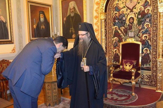 кметът на пловдив иван тотев целува ръка на митрополит николай