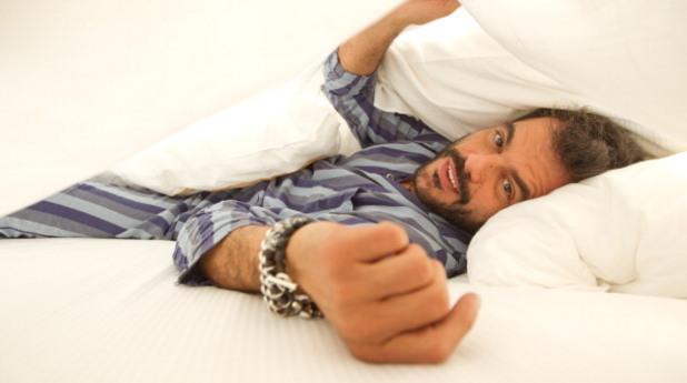 Мъж в леглото
