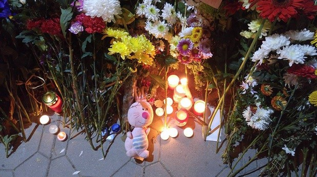 пред френското посолство в софия - послания на солидарност с траура на франция след атентатите от 13 ноември в париж
