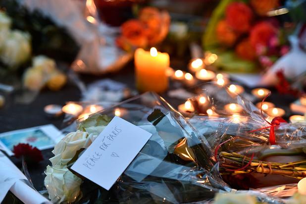 Цветя в памет на жертвите от терористичния атентат в Париж