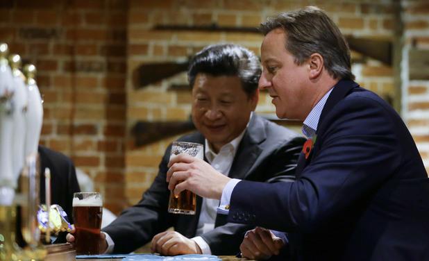 Си Дзинпин и Дейвид Камерън пият бира
