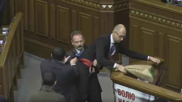Депутат се опита да изнесе на ръце премиера Яценюк