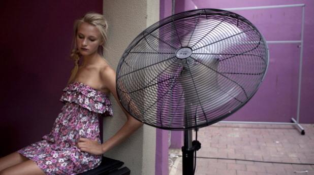 Момиче до вентилатор