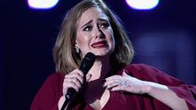 адел плаче на наградите БРИТ 2016