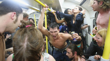пияни, алкохол, младежи, метро