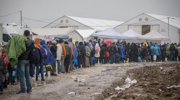 Пробив на 2000 мигранти в Македония