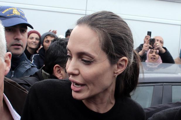 Анджелина Джоли посети бежански лагер в Гърция