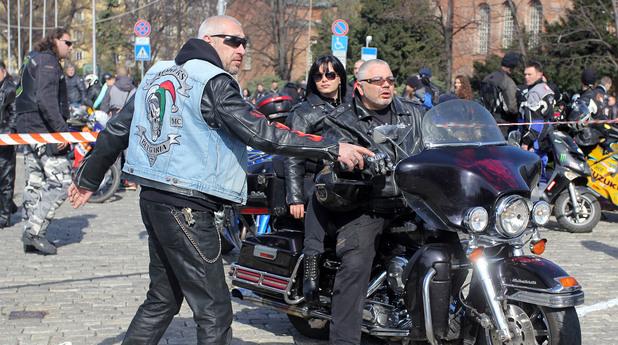 """Мотористи се събраха пред храм паметника """"Св.Александър Невски""""и за откриването на мотосезона днес, 26 март."""