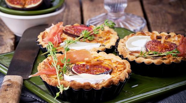 Тарталети със смокини, хамон и козе сирене