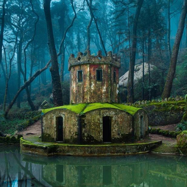 Руини от стар замък в Синтра, Португалия