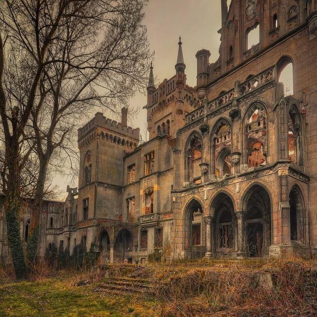 Разрушаващ се замък в Копице, Полша