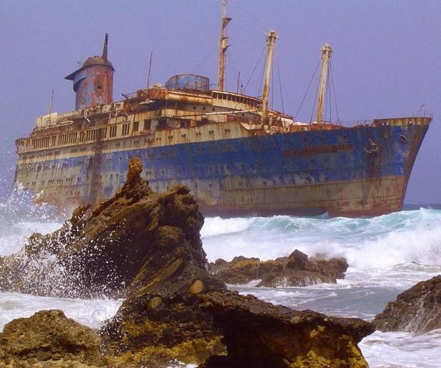 Изоставен кораб близо до Фуертевентура, Канарски острови
