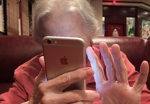 Баба с телефон