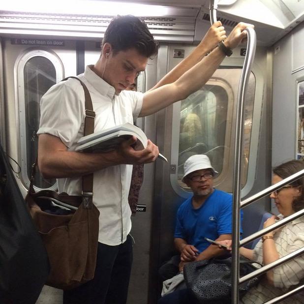 четящи в метрото