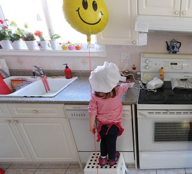 Дете в кухнята