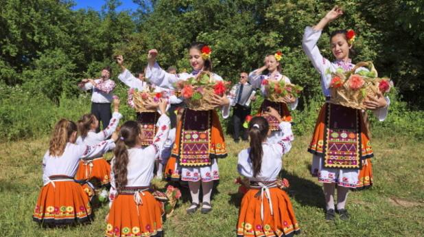 Момичета играят народни танци
