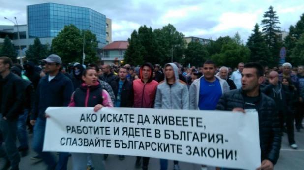 Кръв и камъни на протеста в Раднево