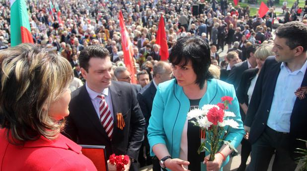 Червени рози от социалистите за 9 май