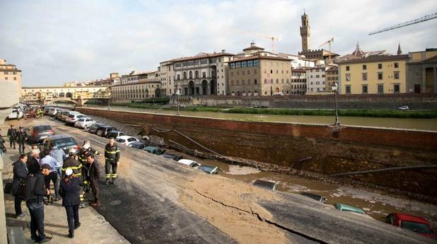 Флоренция осъмна с пропадане на уличното платно покрай река Арно