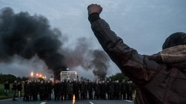 Франция в плен на кървави протести