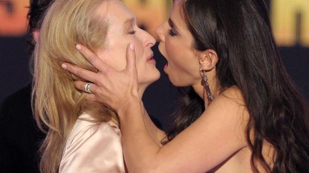 жени, целувки