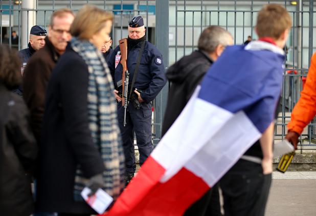 Френски полицай пред стадион