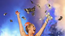 Майли Сайръс хвърля пари във въздуха
