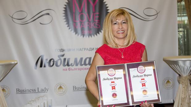 """Даниела Авджиева, мениджър Фабрика за майонеза """"Краси"""", с наградите."""