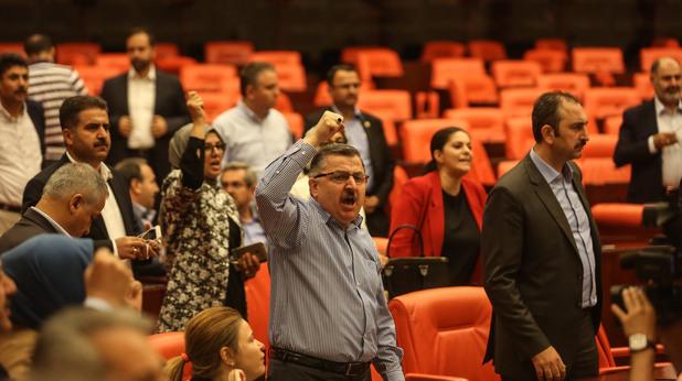 турските депутати на извънредно събрание след преврата на 15 юли