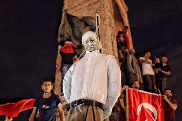 турците бесят кукла на фетхуллах гюлен на площад таксим