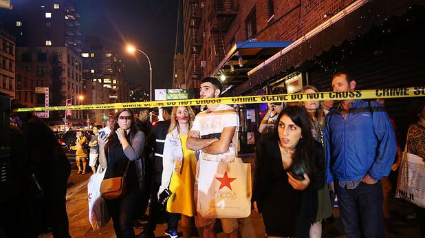 Хора чакат след експлозията в Ню Йорк