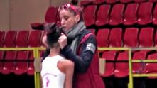Елена Симеонова дърпа за ушите млада състезателка