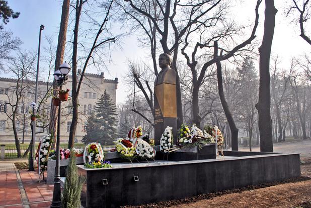 Паметникът на Васил Левски във Военната академия