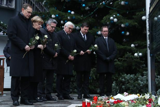 ангела меркел полага цветя на мястото на терористичния акт в берлин