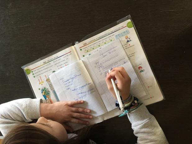 дете пише домашно