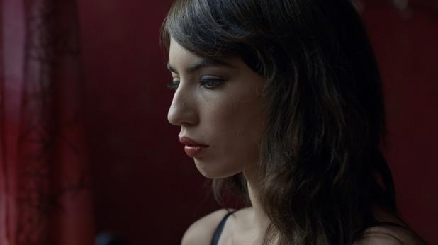 Анжела в кадър от филма Райската стая
