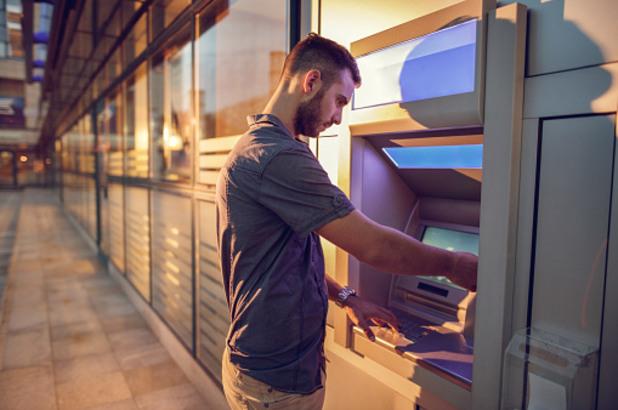 банкомат, банкиране, теглене на пари от банкомат