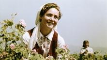 Българка с рози
