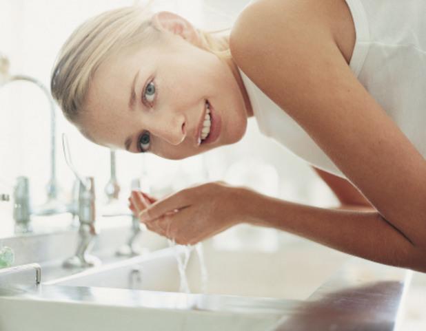 миене на лице